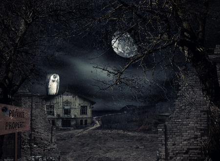 Haunted huis met gier wachttijden bij het hek