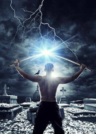 hombre sin camisa: Guerrero con su espada Katana en el cementerio