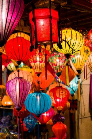 ホイアンの市場通りにあるカラフルなランタンは、古代の町です。ベトナム。