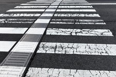 paso peatonal: viejo paso de peatones blanco negro Foto de archivo