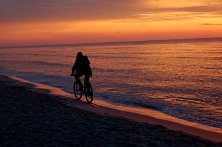riding bike: uomo equitazione bicicletta al tramonto