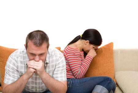 argumento: enojado pareja sentada en sof�
