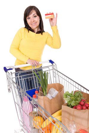 carro supermercado: feliz morena mujer con carrito de la compra. sobre fondo blanco Foto de archivo