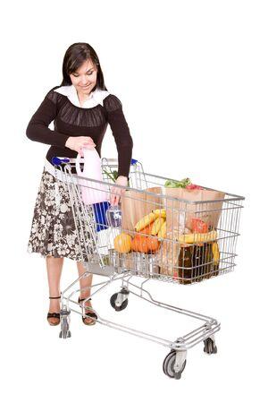carretilla de mano: mujer feliz jóvenes con carrito de compras. sobre fondo blanco