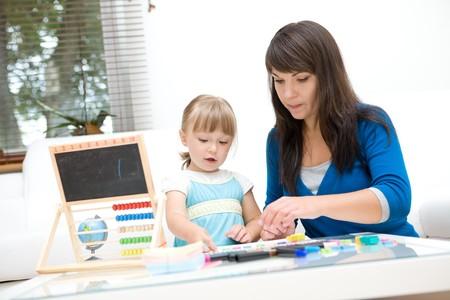 Mutter und Tochter, die Spaß im kindergarten  Standard-Bild - 7924209