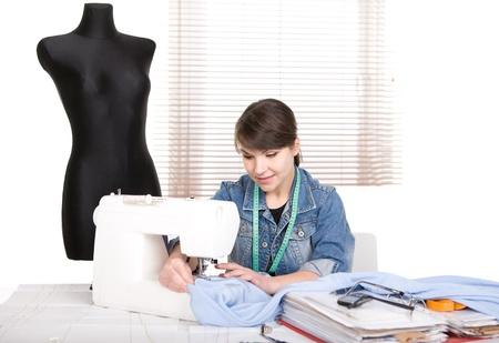 sew: jong volwassen mode-ontwerper aan het werk Stockfoto