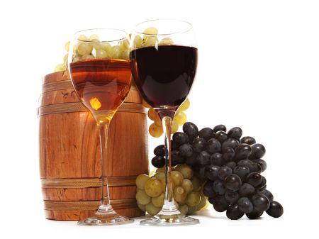 jarra de cerveza: Copas con vino blanco y rojo sobre el fondo blanco Foto de archivo