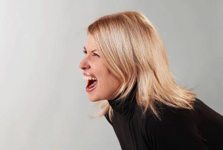 femme bouche ouverte: Jeune femme en colère en hurlant