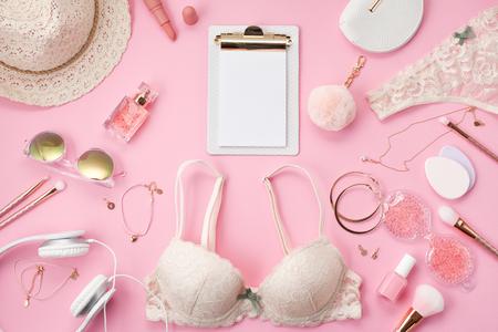Concetto di rituale mattutino delle ragazze. Stile estivo in colori pastello rosa. Lingerie, cosmetici e accessori in pizzo