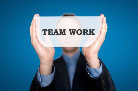 Imprenditrice Holding Sign Team Work. Sfondo blu Archivio Fotografico - 36881705