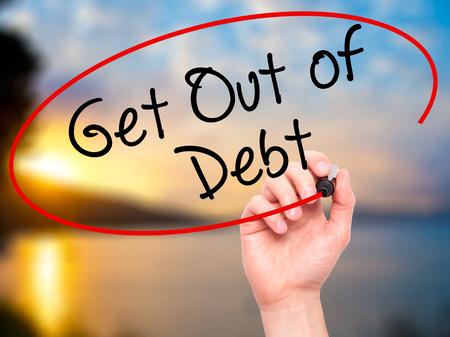 Man schrijven van de hand uit de schulden met een zwarte stift op visuele scherm. Geïsoleerd op de natuur. Business, technologie, internet concept. Stock Afbeelding Stockfoto