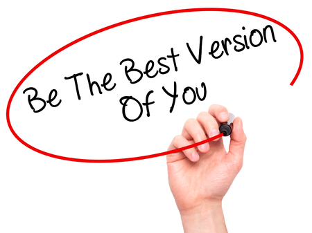 oracion: Escritura de la mano del hombre ser la mejor versión de ustedes con marcador negro en la pantalla visual. Aislado en blanco. Negocios, la tecnología, el concepto de internet. Foto de stock Foto de archivo