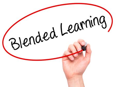 Man Hand Writing Blended Learning avec un marqueur noir sur l'écran visuel. Isolé sur fond Affaires, technologie, concept internet. Photo