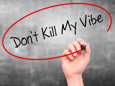 positivismo: Escritura del hombre de la mano no mata a Mi Vibe con marcador negro en la pantalla visual. Aislado en el fondo. Negocios, la tecnología, el concepto de internet. Foto de stock