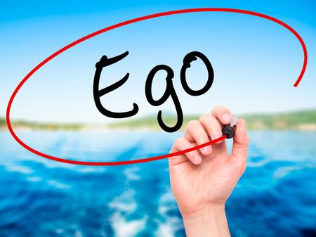 ego�sta: Escritura de la mano del hombre ego con marcador negro en la pantalla visual. Aislado en el fondo. Negocios, la tecnolog�a, el concepto de internet. Foto de stock