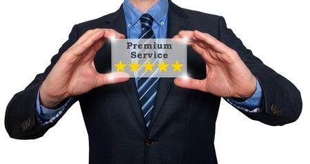 ottimo: Uomo d'affari tiene cinque stelle di servizi premium. Bianco - Foto Stock Archivio Fotografico