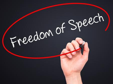 Escritura de la mano del hombre la libertad de expresión con marcador negro en la pantalla visual. Aislado en negro. Negocios, la tecnología, el concepto de internet. Foto de stock
