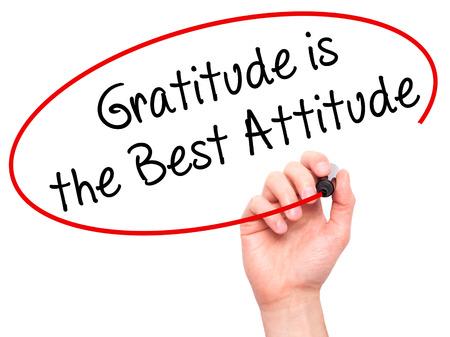 agradecimiento: Escritura de la mano del hombre La gratitud es la mejor actitud con marcador negro en la pantalla visual. Aislado en blanco. Negocios, la tecnología, el concepto de internet. Foto de stock Foto de archivo