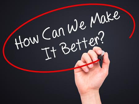 écrire Man Main Comment pouvons-nous faire mieux? avec un marqueur noir sur l'écran visuel. Isolé sur fond. Affaires, technologie, internet concept. photo