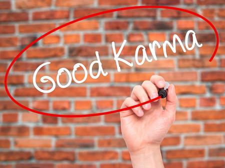 Vrouw Hand Schrijven Good Karma Op Lege Transparante Bord Met Een