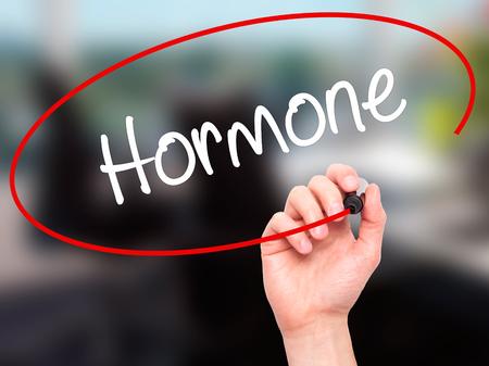 Escritura de la mano del hombre hormonal con marcador negro en la pantalla visual. Aislado en el fondo. Negocios, la tecnología, el concepto de internet. Foto de stock