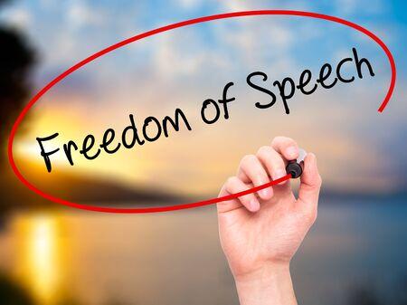 Escritura de la mano del hombre la libertad de expresión con marcador negro en la pantalla visual. Aislado en la naturaleza. Negocios, la tecnología, el concepto de internet. Foto de stock