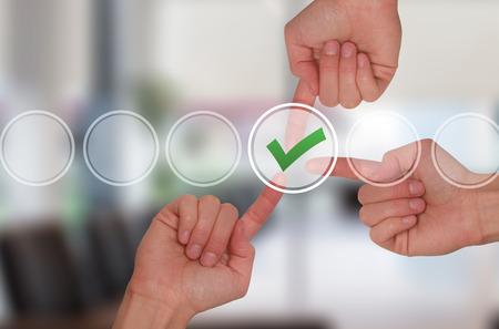 tecnologia informacion: manos de trabajo en equipo marca de verificaci�n tocar en la pantalla virtual. Concepto de tecnolog�a de negocios. Aislado en la oficina. imagen de archivo Foto de archivo