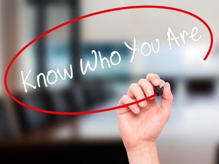 CRit à la main de l'homme savoir qui vous êtes avec un marqueur noir sur l'écran visuel. Isolé sur le bureau. Affaires, technologie, internet concept. Banque d'images - 52408861