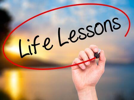 écrire Man Main Life Lessons avec un marqueur noir sur l'écran visuel. Isolé sur la nature. Affaires, technologie, internet concept. photo