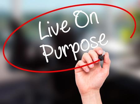 proposito: Hombre de la mano escribiendo en vivo en propósito con marcador negro en la pantalla visual. Aislado en la oficina. Negocios, la tecnología, el concepto de internet. Foto de stock Foto de archivo