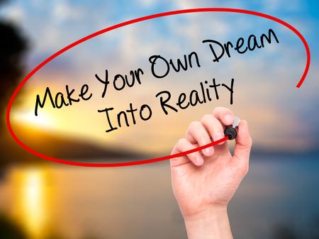 Man de hand te schrijven Maak je eigen droom in werkelijkheid met zwarte stift op visuele scherm. Geïsoleerd op de natuur. Business, technologie, internet concept.