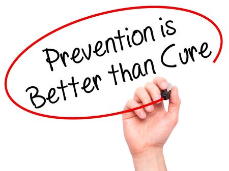 La prevención de la escritura de la mano del hombre es mejor que cura con el marcador negro en la pantalla visual. Aislado en blanco. Negocios, tecnología, concepto de internet. Foto de stock