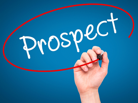 prospector: Hombre de la mano escribiendo perspectiva con marcador negro en la pantalla visual. Aislado en azul. Negocios, la tecnología, el concepto de internet. imagen de archivo