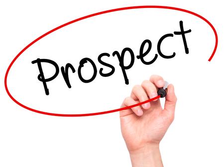 prospector: Hombre de la mano escribiendo perspectiva con marcador negro en la pantalla visual. Aislado en blanco. Negocios, la tecnología, el concepto de internet. imagen de archivo