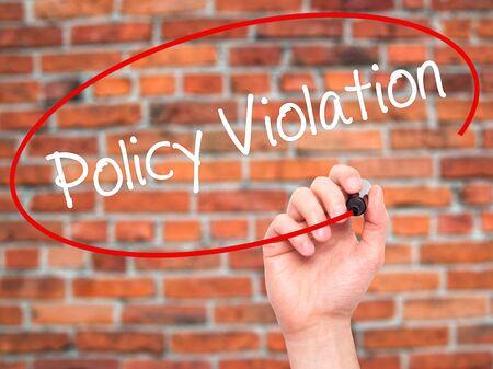 violation: Hombre de la mano escribiendo Violación de la política con marcador negro en la pantalla visual. Aislados en ladrillos. Negocios, la tecnología, el concepto de internet. Foto de stock