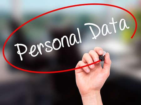 datos personales: Escritura de la mano del hombre de Datos Personales con marcador negro en la pantalla visual. Aislado en el fondo. Negocios, la tecnología, el concepto de internet. Foto de stock