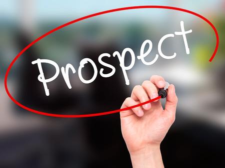 prospector: Hombre de la mano escribiendo perspectiva con marcador negro en la pantalla visual. Aislado en la oficina. Negocios, la tecnología, el concepto de internet. imagen de archivo