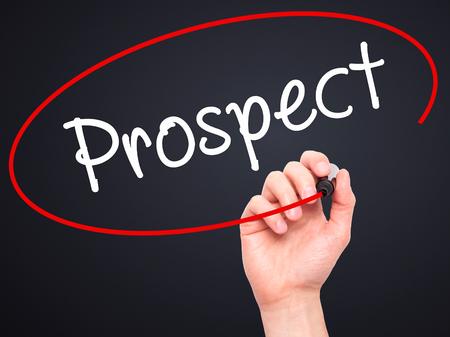 prospector: Escritura de la mano del hombre la perspectiva con marcador negro en la pantalla visual. Aislado en negro. Negocios, la tecnología, el concepto de internet. imagen de archivo