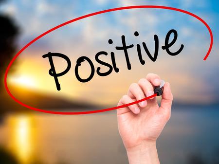 Man Hand Positive mit schwarzen Marker auf visuellen Bildschirm zu schreiben. Isoliert auf Hintergrund. Wirtschaft, Technik, Internet-Konzept. Stockfoto Standard-Bild - 52853146
