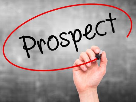 prospector: Hombre de la mano escribiendo perspectiva con marcador negro en la pantalla visual. Aislado en gris. Negocios, la tecnología, el concepto de internet. imagen de archivo Foto de archivo