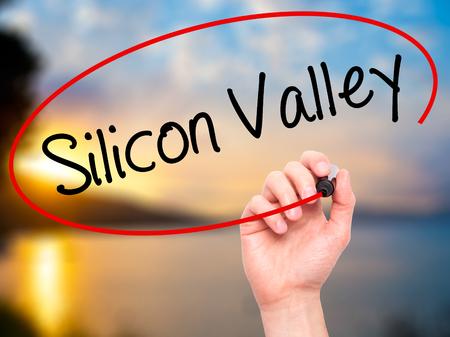 silicio: Escritura de la mano del hombre de Silicon Valley con marcador negro en la pantalla visual. Aislado en el fondo. Negocios, la tecnolog�a, el concepto de internet. Foto de stock Foto de archivo