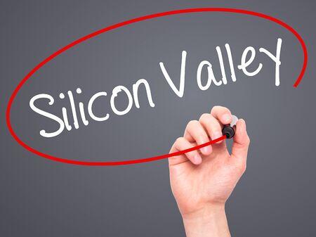 silicio: Escritura de la mano del hombre de Silicon Valley con marcador negro en la pantalla visual. Aislado en el fondo. Negocios, la tecnología, el concepto de internet. Foto de stock Foto de archivo
