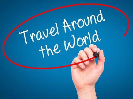 mundo manos: Hombre de la mano la literatura de viajes en todo el mundo con marcador negro en la pantalla visual. Aislado en azul.