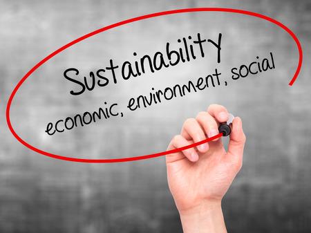 sustentabilidad: Escritura de la mano del hombre de sostenibilidad econ�mica, ambiental, social con marcador negro en la pantalla visual. Aislado en gris. Negocios, la tecnolog�a, el concepto de internet.