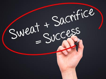 sacrificio: Hombre de la mano escribiendo sudor + Sacrificio = �xito con marcador negro en la pantalla visual. Aislado en negro. Negocios, la tecnolog�a, el concepto de internet. Foto de stock