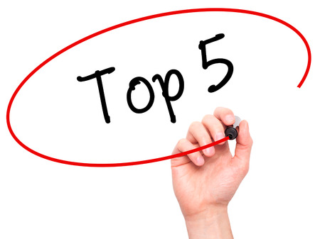 Man Hand Writing Top 5 avec un marqueur noir sur l'écran visuel. Isolé sur blanc Affaires, technologie, concept internet. Photo Banque d'images