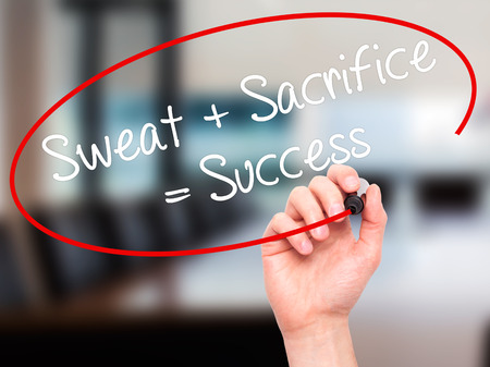 sacrifice: Hombre de la mano escribiendo sudor + Sacrificio = éxito con marcador negro en la pantalla visual. Aislado en la oficina. Negocios, la tecnología, el concepto de internet. Foto de stock