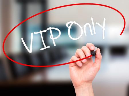 no pase: Escritura de la mano del hombre VIP Sólo con marcador negro en la pantalla visual. Aislado en el fondo. Negocios, la tecnología, el concepto de internet. Foto de stock
