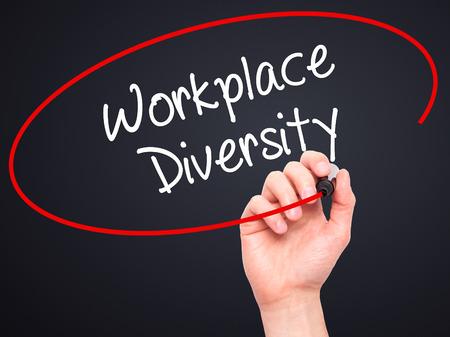 competitividad: Hombre de la mano escribiendo Diversidad lugar de trabajo con un marcador negro en la pantalla visual. Aislado en el fondo. Negocios, la tecnolog�a, el concepto de internet. Foto de stock