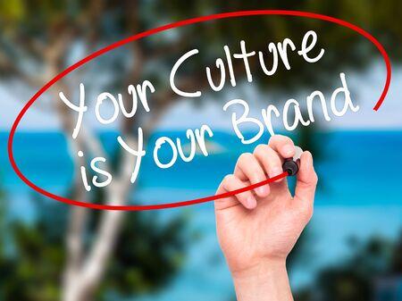 identidad cultural: Hombre de la mano de escribir su cultura es su marca con un marcador negro en la pantalla visual. Aislado en la naturaleza. Negocios, la tecnología, el concepto de internet. Foto de stock Foto de archivo